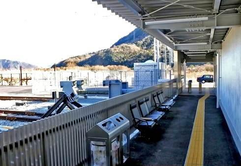 あき亀山駅のベンチ