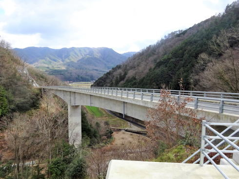 庄原ダム へと続く高架橋