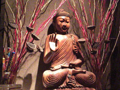 広島 流川にブッダバー、仏陀像を眺めつつお酒とホルモンバーグを