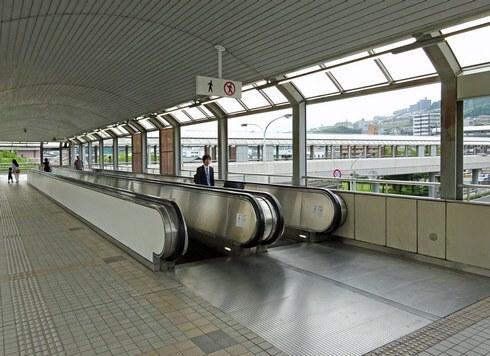 アルパーク東棟は、JR新井口駅から動く歩道で直結