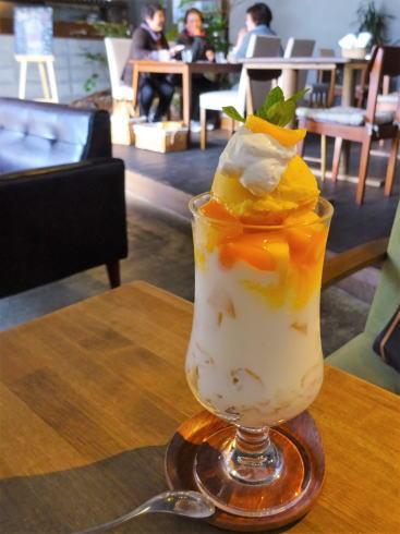 広島可部 エルクルーカフェ マンゴーと白桃のパフェ