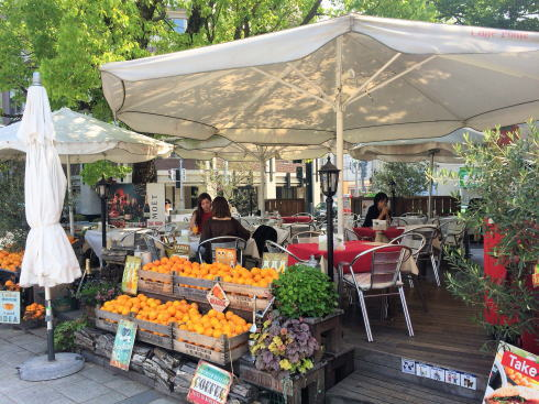 カフェ ポンテ、広島平和公園入口に白いパラソルのオープンカフェテラス