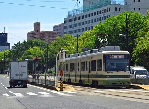 広島電鉄、路面電車の電停 小さな屋根付き