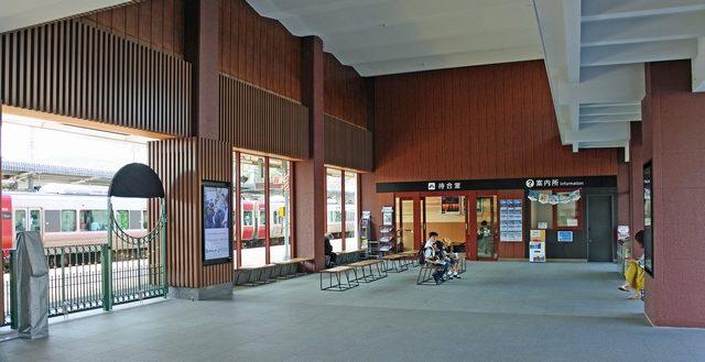 宮島口駅の駅舎の壁がガラス張りに