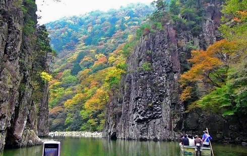 秋色に染まる三段峡、インスタ映えする人気スポットに