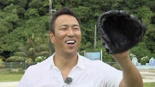 戦争の傷跡が残る島で、子供たちと野球をする黒田博樹