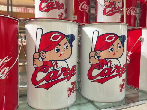 カープ坊やのペール缶、コカコーラコラボで綾鷹入り