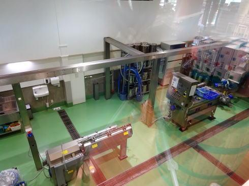 江田島オリーブファクトリー ショップから加工場も見える