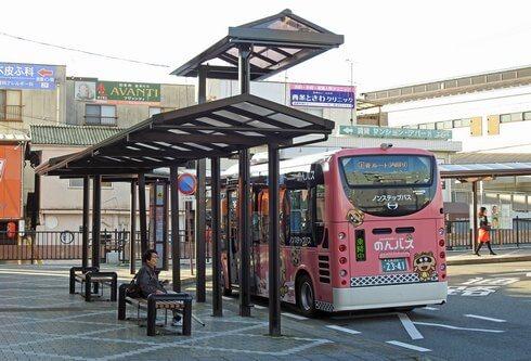 JR西条駅前のバス乗り場に、補助の「のりば屋根」
