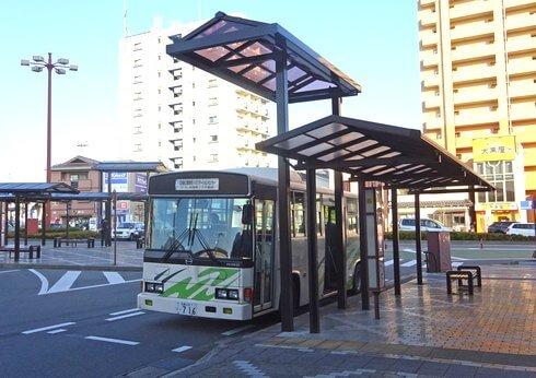 西条駅前ロータリーにバスやタクシー乗り場屋根、きめ細やかなおもてなし