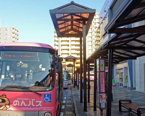 西条駅前のバス乗り場に、補助の「のりば屋根」