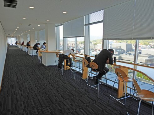 東広島市役所・展望ロビー食堂の窓際の席