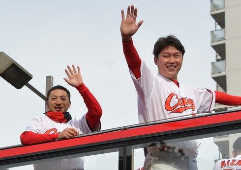 連覇の広島カープが優勝パレード、平和大通りでファンが祝福
