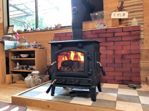 大崎上島のカフェ 珈琲 陶 店内に暖炉あり2