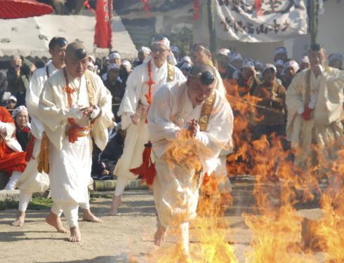 尾道・西國寺にて柴燈護摩(火渡り神事)火の中を素足で!一般参加も