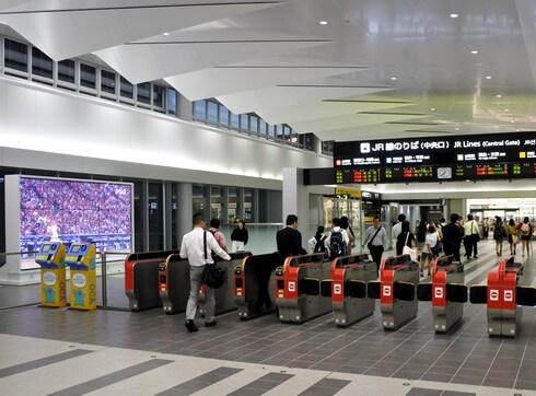 広島駅がデジタル広告化