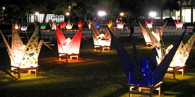 フラワーフェスティバル閉幕、折り鶴のライトアップやキャンドルも