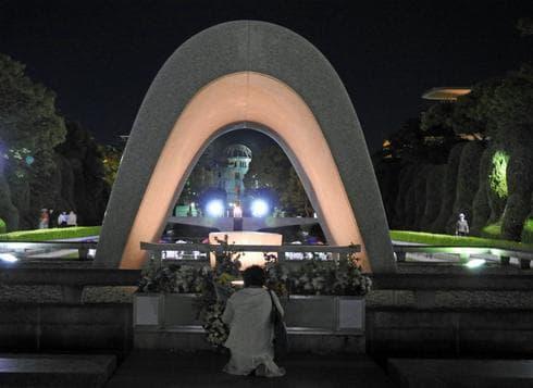 慰霊碑に祈る人