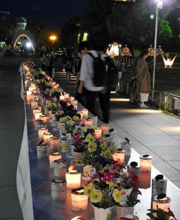 原爆慰霊碑そばには、花とキャンドル