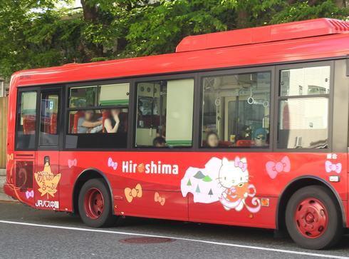 広島の巡回バス めいぷる~ぷに、キティラッピング