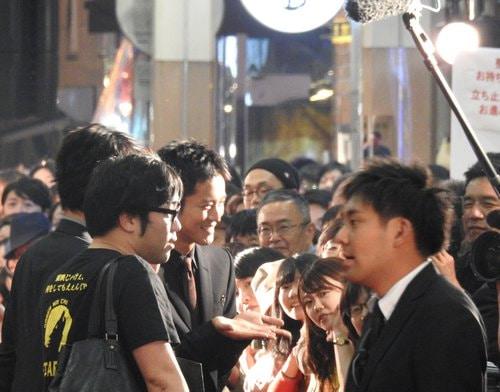広島レッドカーペットでTVインタビューに応える松坂桃李