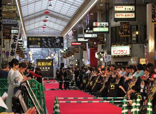 広島でレッドカーペット、孤狼の血 公開記念イベント