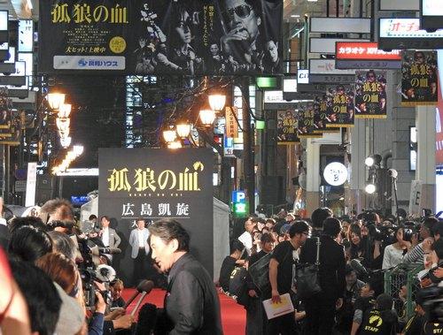 広島レッドカーペットでTVインタビューに応える役所広司