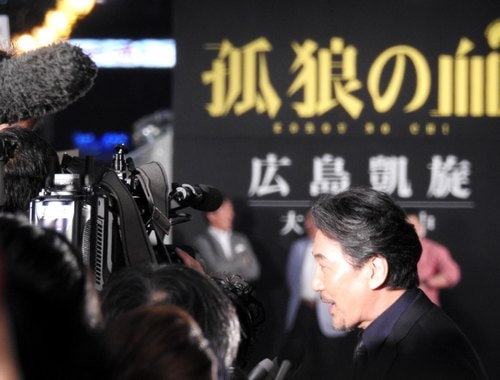 広島レッドカーペットでテレビのインタビューに応える役所広司