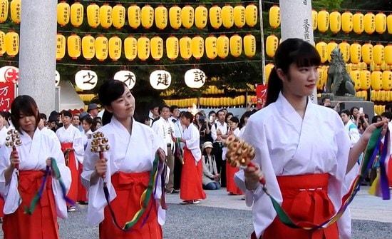 巫女100人が舞う「万灯みたま祭」縁結びのみこ踊りほか、広島護国神社で夏の風物詩
