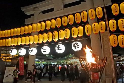 広島護国神社の周辺には2000以上の黄色い提灯