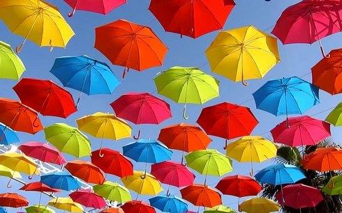 傘で埋め尽くされたマツダスタジアムのプロムナード2