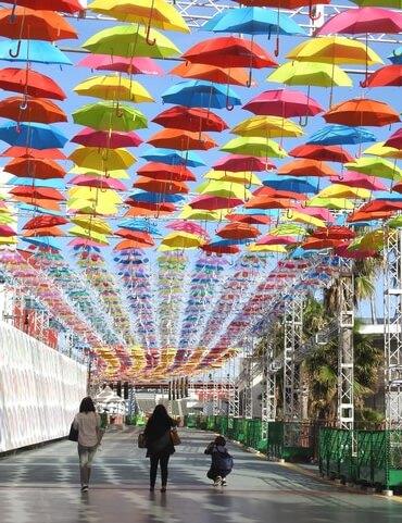 広島 マツダスタジアムで傘まつり