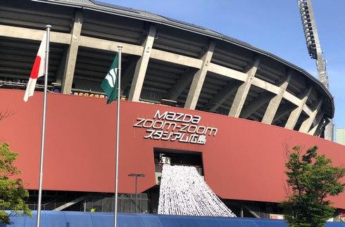 マツダスタジアムの球場正面広場で紙花まつり