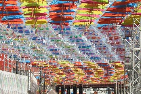 傘で埋め尽くされたマツダスタジアムのプロムナード