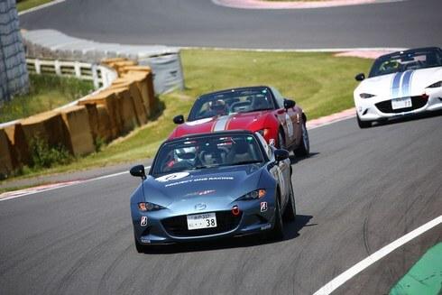 歴代のマツダレーシングカーによるデモンストレーション走行