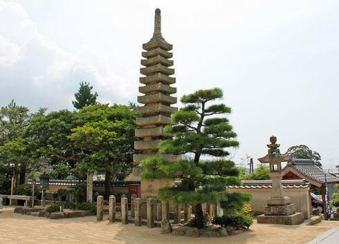 光明坊の十三重石塔