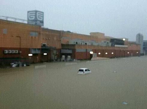 広島大雨被害、福山市神辺町 フジグランが冠水