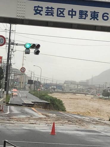大雨被害、広島市安芸区中野東 道路が欠落