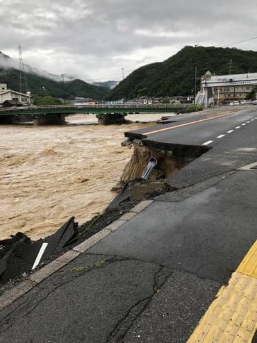 大雨被害、中野東で道路が欠落