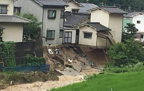 大雨被害、広島市安芸区畑賀で家が傾く