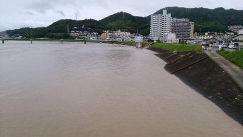 広島市安佐南区祇園、太田川も氾濫寸前