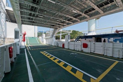 久高島行き「フェリーくだかIII」の車両甲板