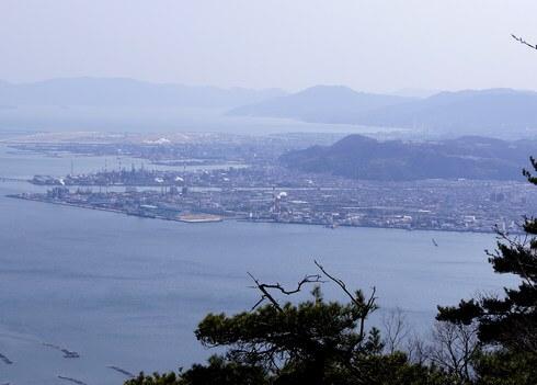 経小屋山から見た、大竹のコンビナート