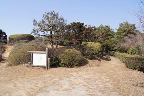 経小屋山の山頂展望台には駐車場あり
