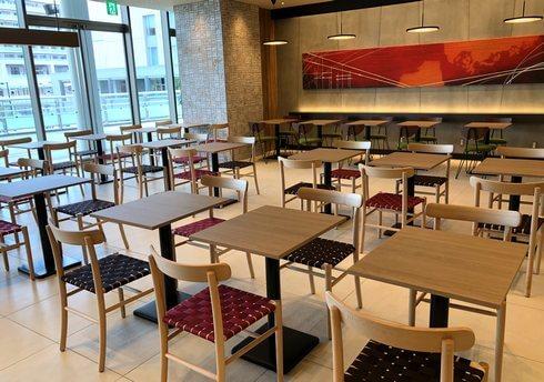 広島駅 アンデルセンのカフェコーナー 64席あり