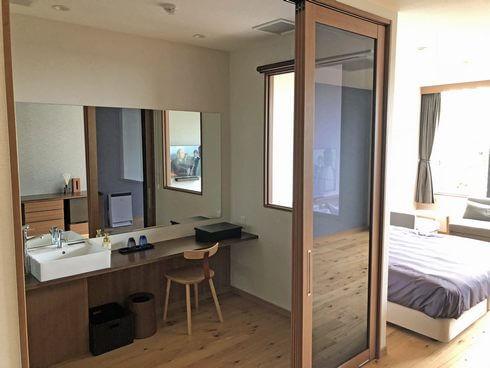 宮浜温泉 IBUKU(イブク)洗面室と客室がガラスで見える