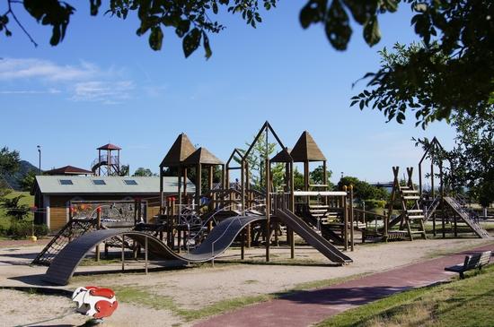 小田島公園、以前は木造の大型遊具だった