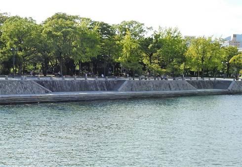 原爆ドーム対岸親水テラス05