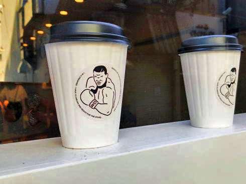 自販機風ドアに驚く「W/O STAND」広島本通りにSNSで人気のコーヒースタンド