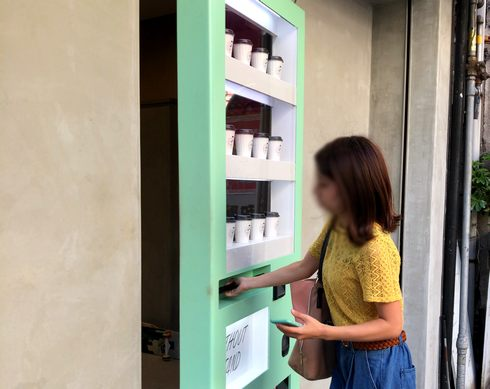 広島にWOスタンド、自動販売機がドアになっている